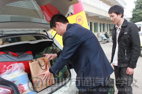 创就业指导中心陈主任亲自帮学生搬行李并摆放整齐